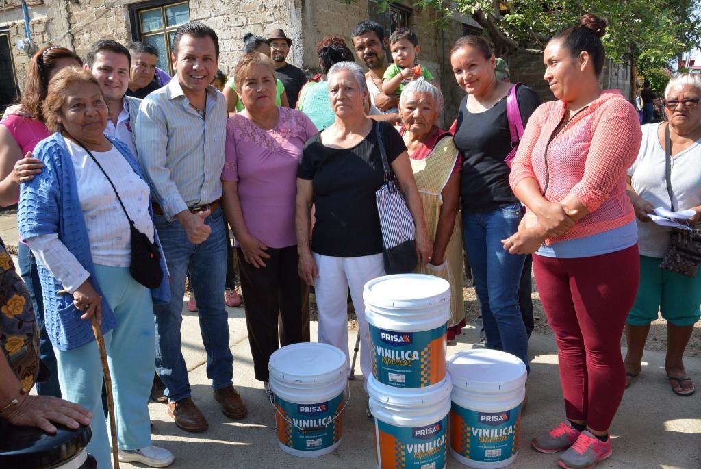 """Entrega de pintura, en el marco del programa """"Zapopan, mi colonia"""", en Villas de Guadalupe"""
