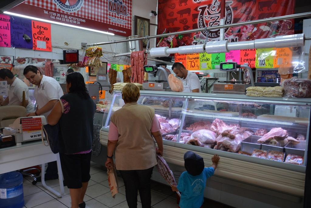 Instalación de planta de luz en el mercado Lázaro Cárdenas
