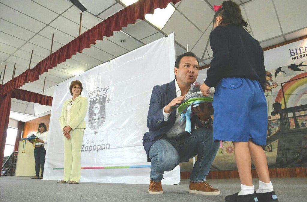 Zapopan ¡Presente! entrega paquetes escolares a 300 niños del Hogar Cabañas