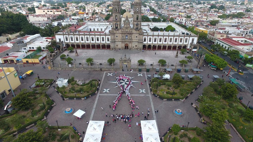 Conmemora Zapopan Día Mundial de la Lucha Contra el Cáncer con lazo humano en Plaza de las Américas