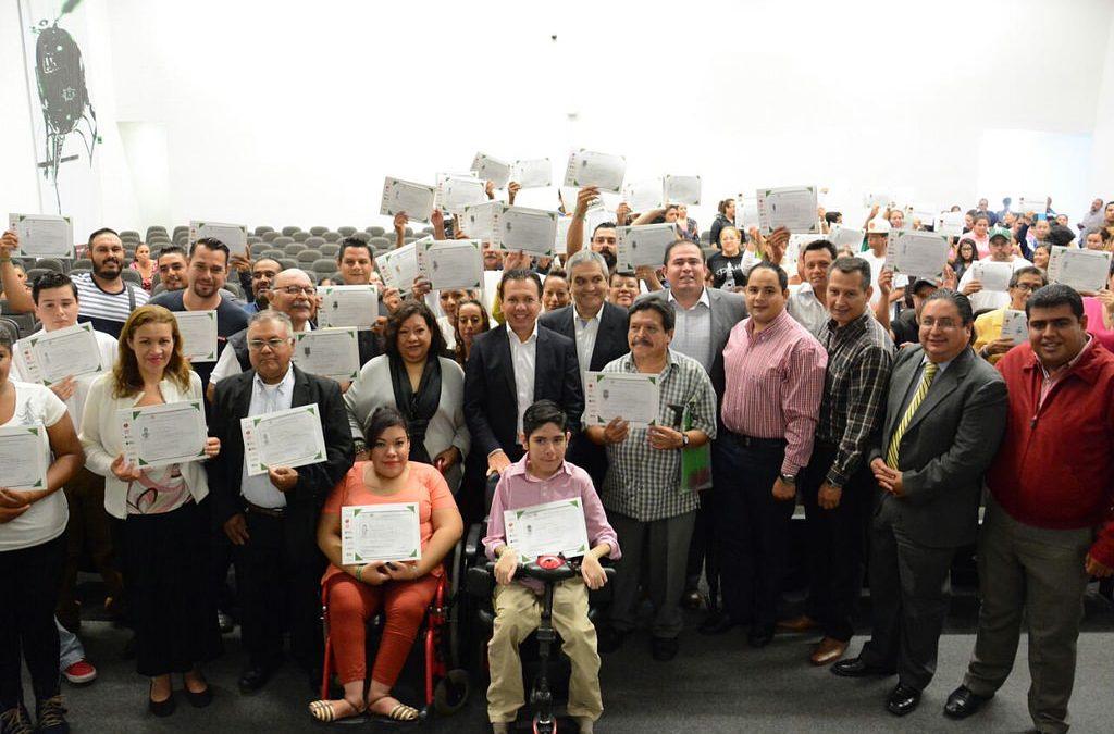 Pablo Lemus participa en la entrega de certificados especiales de educación básica para adultos zapopanos