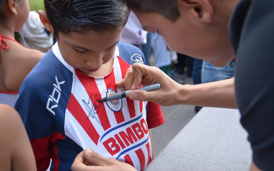 Jugadores de Chivas conviven con niños, niñas y adolescentes en El Briseño