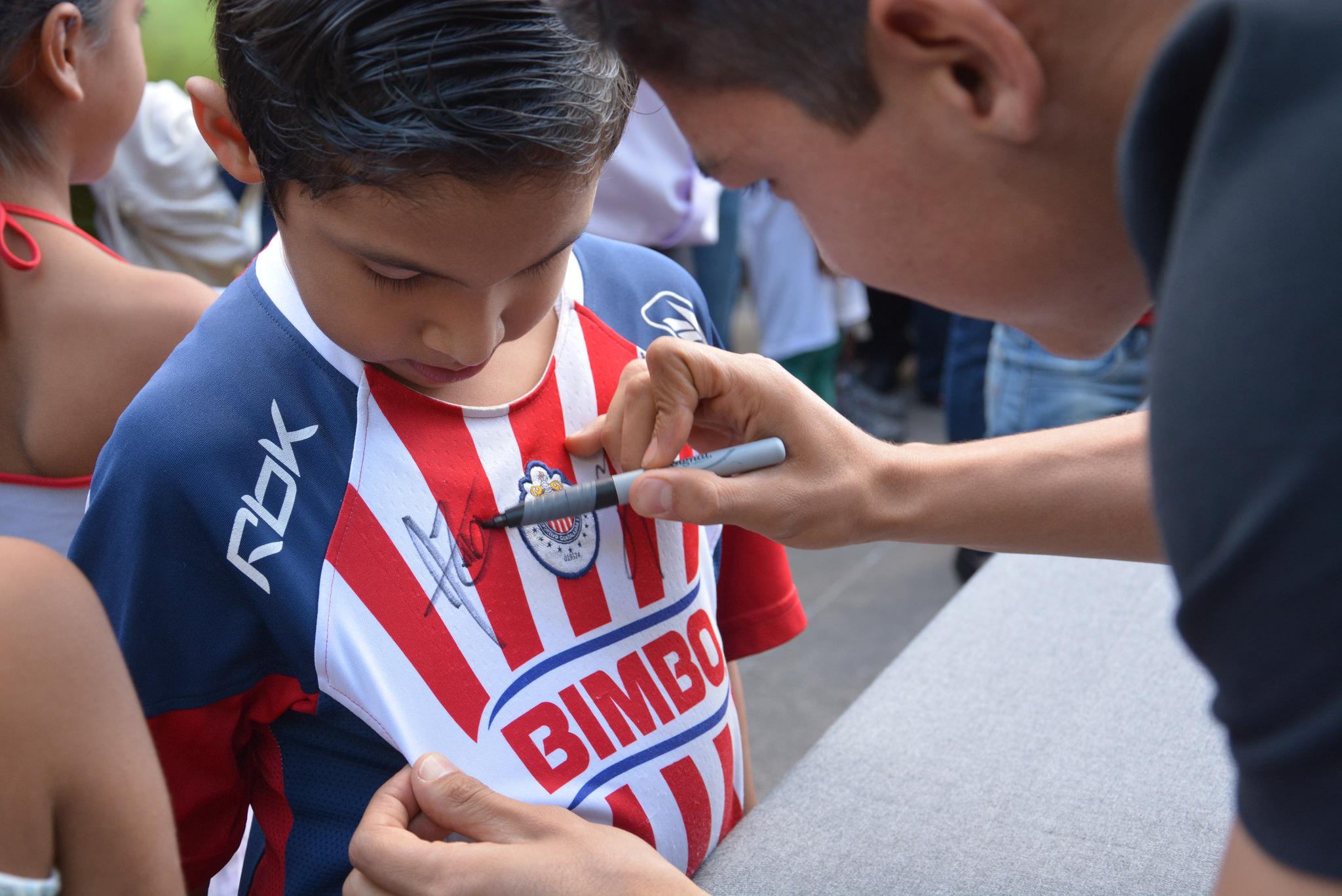 Fomenta Zapopan el deporte para combatir la violencia; jugadores de Chivas conviven con niños, niñas y adolescentes en El Briseño