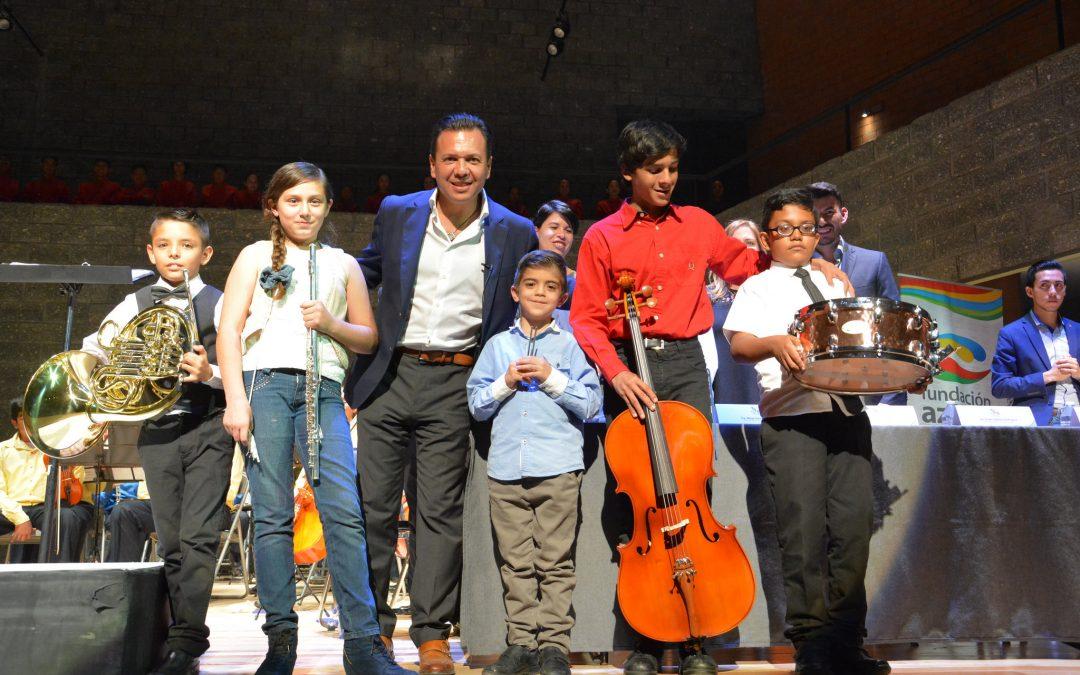 Se entregan instrumentos musicales a los integrantes de la Orquesta Sinfónica Esperanza Azteca Zapopan