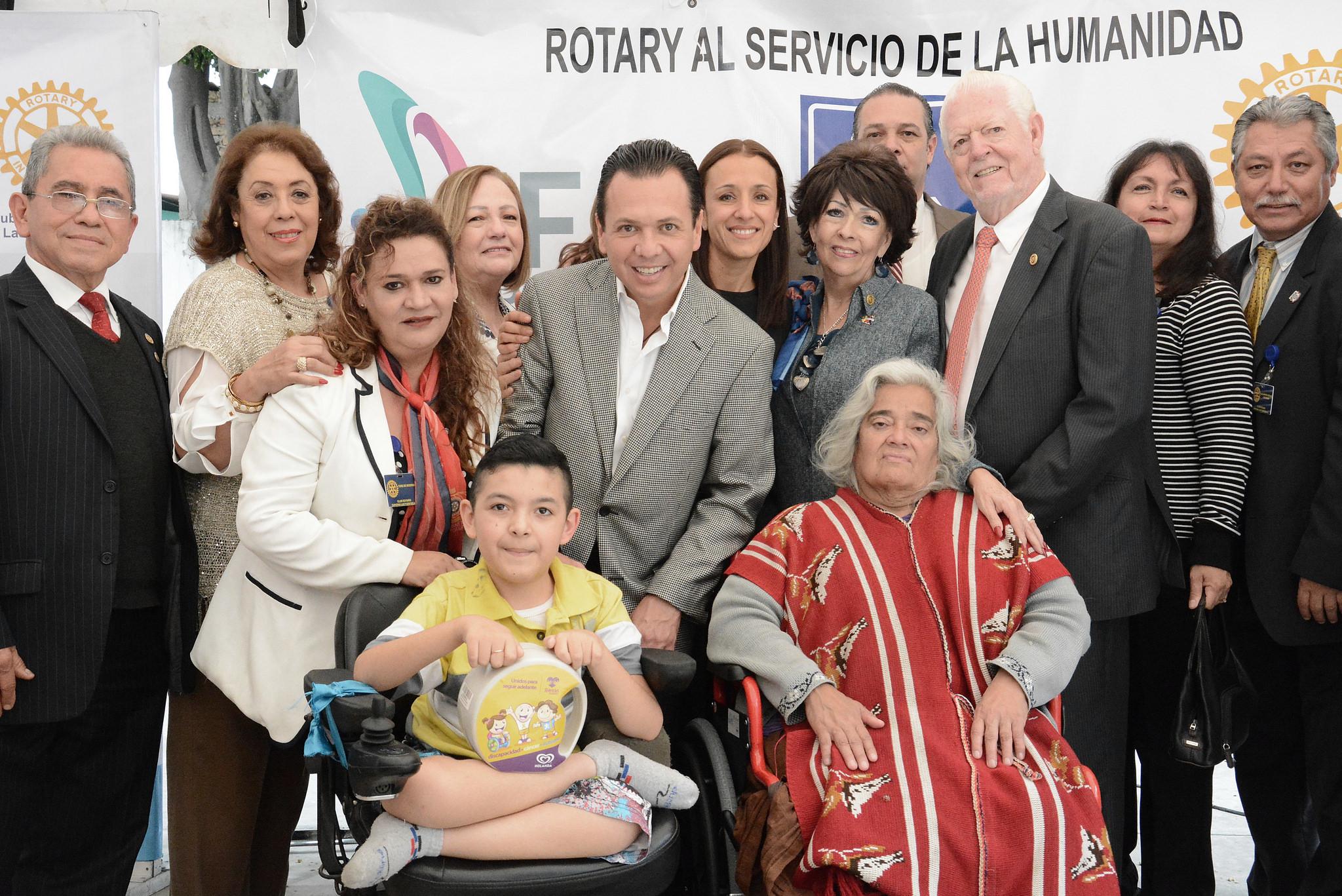Zapopan realiza entrega de auxiliares auditivos y sillas de ruedas a personas vulnerables del municipio