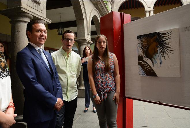 Pablo Lemus recorre la exposición incluyente Todos Hacemos Arte