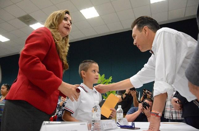 Gobierno de Zapopan entrega estímulos económicos para alumnos de primaria