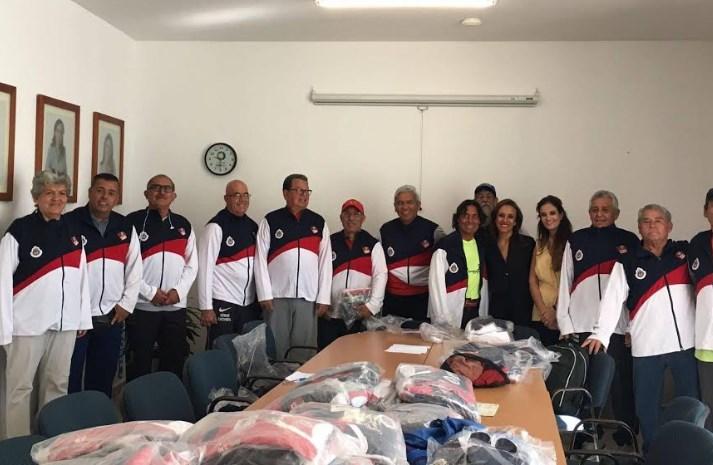 Equipos de cachibol de adultos mayores reciben uniformes deportivos