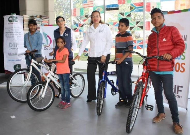 Niñas, niños y adolescentes de Zapopan reciben bicicletas para llegar a sus escuelas