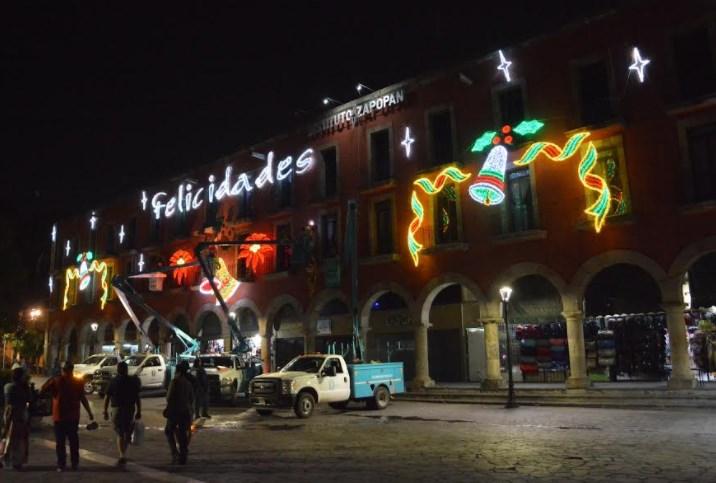 El Centro Histórico de Zapopan se ilumina con colores navideños