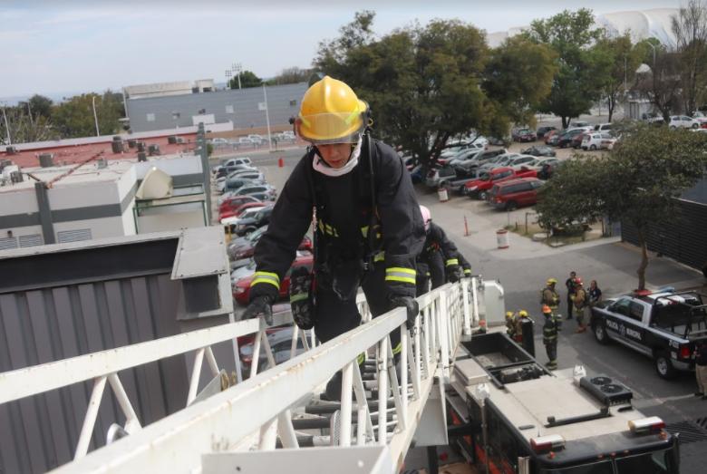 Capacitan a bomberos en el combate de Incendios en Estructuras Elevadas (IEE)