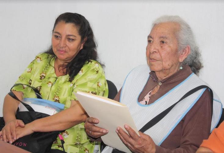 DIF Zapopan expide testimonial a adulta mayor de 101 años
