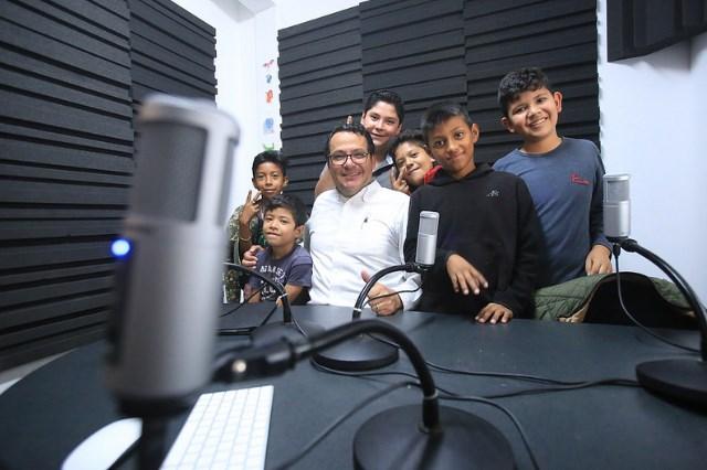 Al aire en Radio Kokone, pequeños demuestran su talento al Alcalde de Zapopan