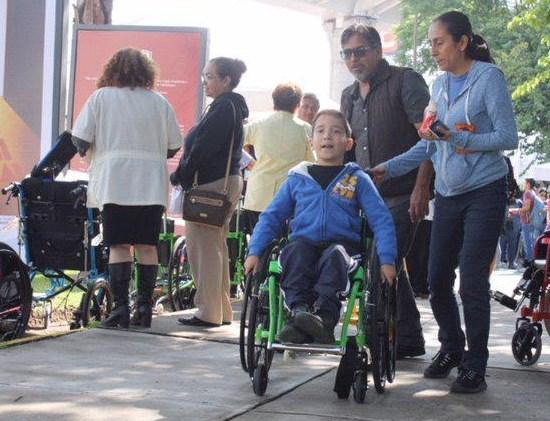 Entrega DIF Zapopan sillas de ruedas y auxiliares auditivos