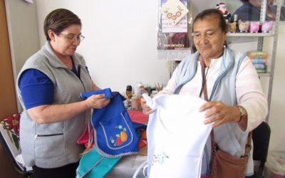 Adultos mayores emprendedores de Zapopan preparan artículos navideños
