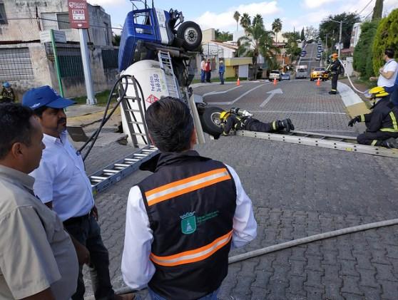 Supervisa Pablo Lemus labores de Protección Civil y Bomberos ante hundimiento de pipa de gas