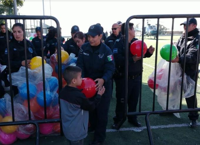 Policías deZapopanentregan juguetes a niños de Villas de Guadalupe