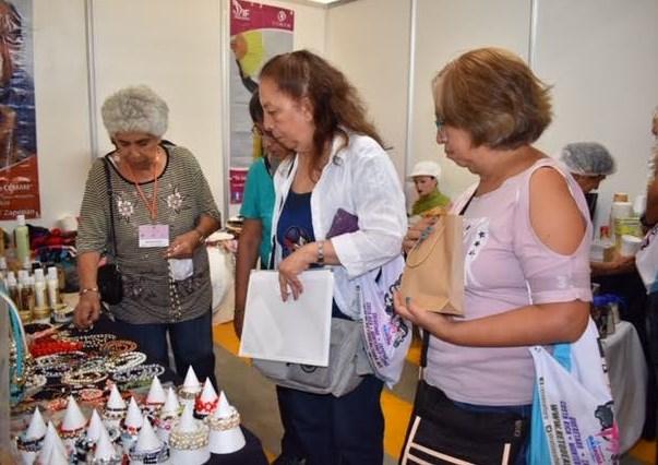 Adultos Mayores de DIF Zapopan participan en expoventa con sus productos