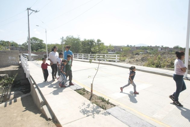 EntregaZapopanpuente peatonal y vehicular en colonia La Higuera